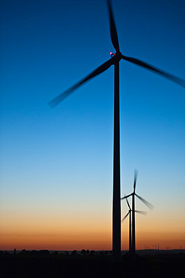 Blaue Stunde im Windpark Wundersleben - p1079m881325 von Ulrich Mertens