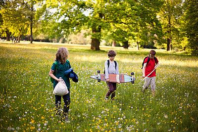 Kinder unterwegs im Park - p1195m1138158 von Kathrin Brunnhofer
