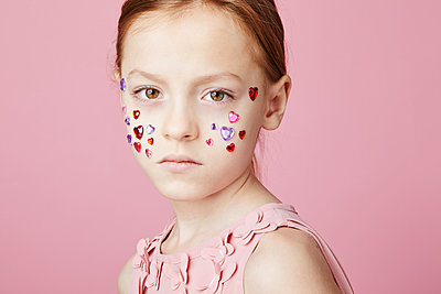 Little girl on pink background - p1540m2150963 by Marie Tercafs