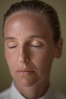 Woman with closed eyes, portrait - p552m2199929 by Leander Hopf