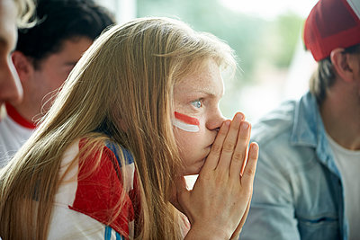 English soccer fans watching televised match together - p623m1546165 by Frederic Cirou