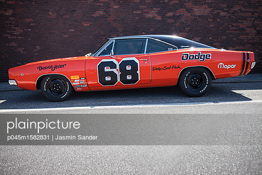 Cooler orangener Dodge - p045m1582831 von Jasmin Sander