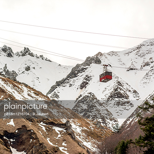 Cable car in Puy de Sancy - p813m1216704 by B.Jaubert