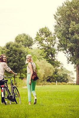 Ausflug mit Freundin - p904m932245 von Stefanie Päffgen