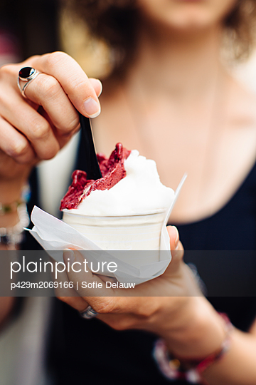 Woman with artisanal gelato - p429m2069166 by Sofie Delauw