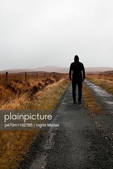 Mann in Irischer Landschaft - p470m1152785 von Ingrid Michel
