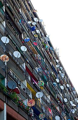Wohnblock mit bunten Satellitenschüsseln - p382m710243 von Anna Matzen
