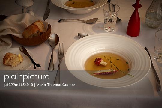 Suppe mit Fliegenpilz im Kerzenlicht - p1322m1154919 von Marie-Therese Cramer