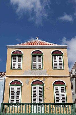 Gelbes Haus in der Karibik - p045m1564050 von Jasmin Sander