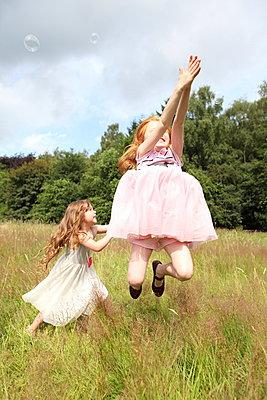 Little girls on a meadow - p045m944672 by Jasmin Sander