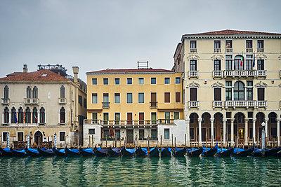 Gondeln in einer Reihe in Venedig - p1312m1575239 von Axel Killian
