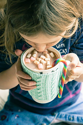 Young girl drinking hot chocolate with marshmallows - p300m977956f by Sandra Roesch