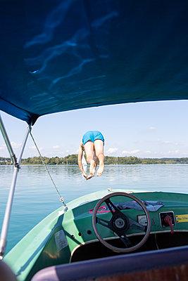 Sprung in den See - p454m2217389 von Lubitz + Dorner