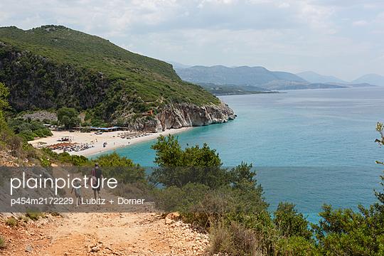 Going to the beach - p454m2172229 by Lubitz + Dorner