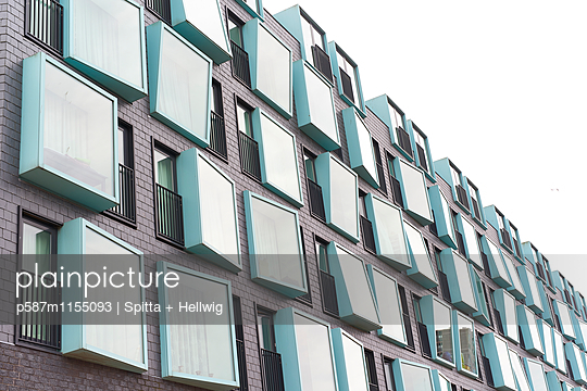 Türkisfarbene Fenster an einem Gebäude - p587m1155093 von Spitta + Hellwig