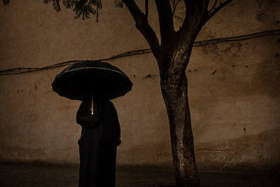 Strange silhouette of a man with his umbrella - p1007m2092397 by Tilby Vattard