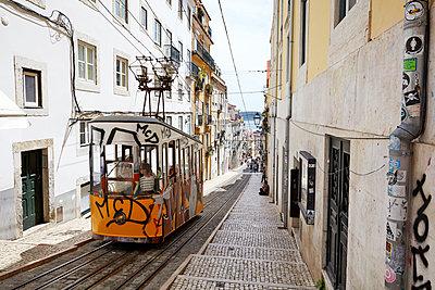 Tram in Lissabon - p1272m1154343 von Steffen Scheyhing