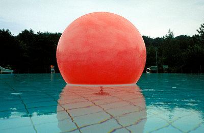 Ballon im Wasser - p2200079 von Kai Jabs