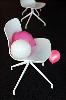 Luftballons auf einem Stuhl - p258m2015390 von Katarzyna Sonnewend