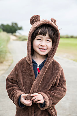 Little boy wearing a Bathrobe  - p535m1108421 by Michelle Gibson