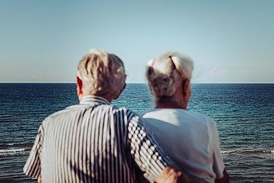 Greece, Senior couple near the sea, portrait - p713m2283558 by Florian Kresse