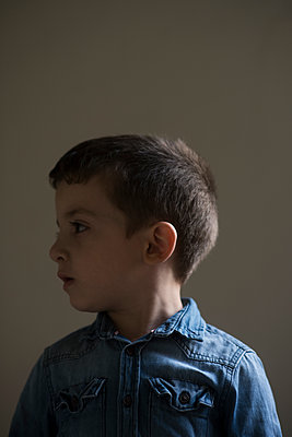 Portrait of a little boy looking away  - p794m2031112 by Mohamad Itani