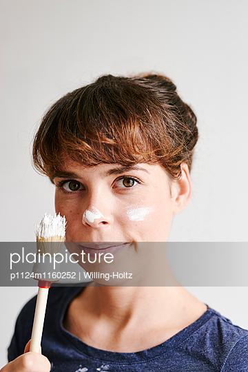 Frau mit Pinsel und Farbklecks auf der Nase - p1124m1160252 von Willing-Holtz
