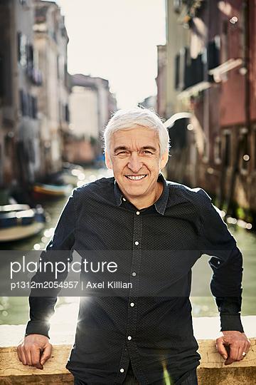 Mann auf einer Brücke - p1312m2054957 von Axel Killian