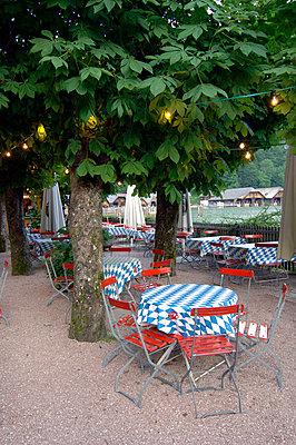 Menschenleerer Biergarten am Abend, Berchtesgaden, Bayern, Deutschland, Europa - p1316m1160368 von Peter von Felbert