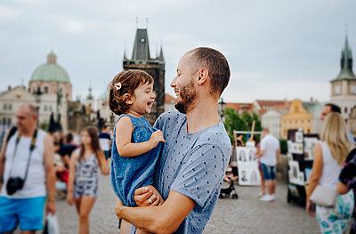 Czechia, Prague, father and little daughter having fun together on Charles Bridge - p300m2029286 von Gemma Ferrando