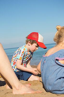 Playing at the beach - p454m2141535 by Lubitz + Dorner