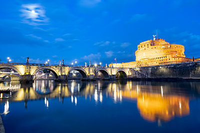 Dusk over Castel Sant'Angelo and bridge over River Tiber, UNESCO World Heritage Site, Rome, Lazio, Italy, Europe - p871m2209737 by Roberto Moiola