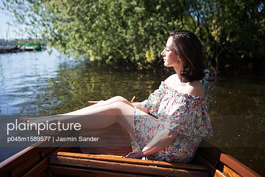 Sommertg im Ruderboot genießen - p045m1589577 von Jasmin Sander