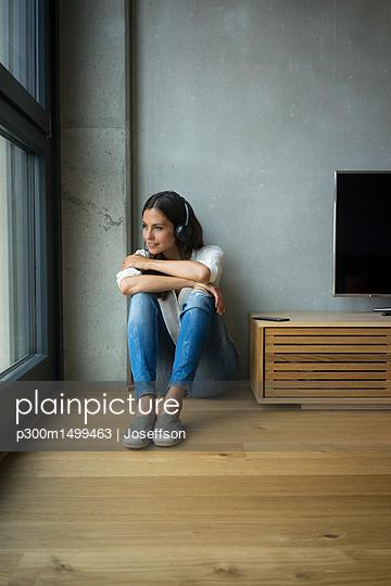 plainpicture | Photo library for authentic images - plainpicture p300m1499463 - Relaxed woman listening to ... - plainpicture/Westend61/Joseffson