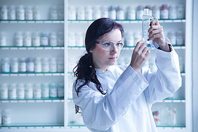 Young female scientist working in a biochemistry labroratory - p300m978289f by Sigrid Gombert