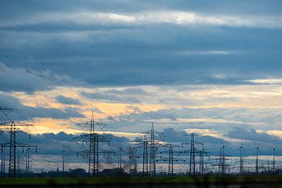 Stromleitungen unter Wolkenhimmel - p739m1092594 von Baertels