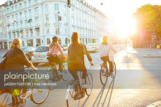 Fahrradfahrer in Kopenhagen - p432m1525106 von mia takahara