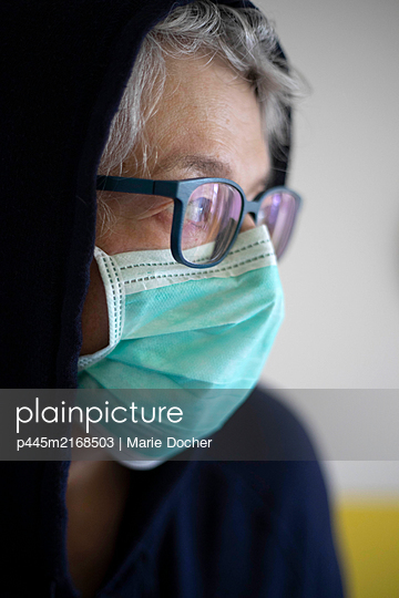 portrait of a woman with mask during cover 19 - p445m2168503 by Marie Docher