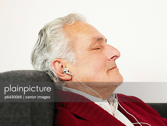 Älterer Mann hört Musik  - p6430066 von senior images