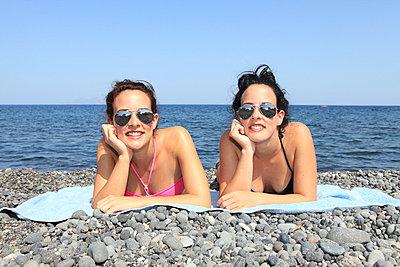 Twins on the beach - p0452355 by Jasmin Sander