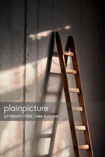 Ladder against concrete wall - p1164m2111302 by Uwe Schinkel