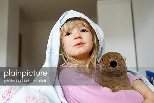 Kind im Bett - p505m1147146 von Iris Wolf