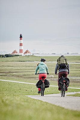Pärchen mit Trekking-Bikes in Sankt Peter-Ording und am Westerhever Leuchtturm - p300m1416721 von Roger Richter