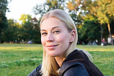 Portrait of content blond woman relaxing in a park - p300m2070310 by Linda Meyer