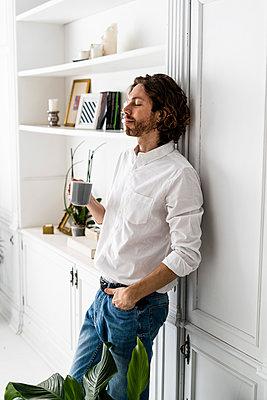 Man having a coffee break at home - p300m2143744 von Giorgio Fochesato