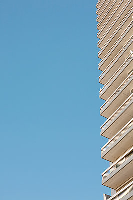 High-rise with balconies - p586m1110006 by Kniel Synnatzschke