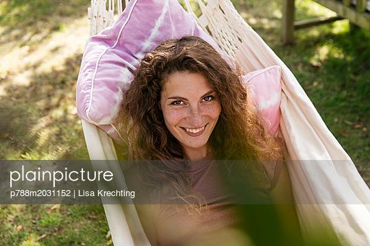 Junge Frau in der Hängematte - p788m2031152 von Lisa Krechting