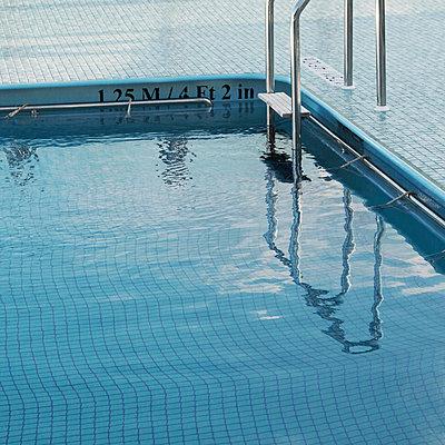 Pool auf Kreuzfahrtschiff - p1105m1574473 von Virginie Plauchut