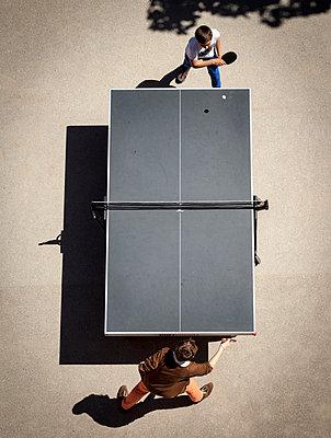 Zwei Teenager spielen Tischtennis - p1324m1165141 von michaelhopf