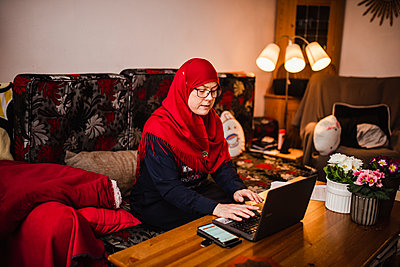 Woman using laptop - p312m2191198 by Anna Johnsson